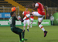 BOGOTA -COLOMBIA, 10-05-2017. Leyvin Balanta player of Independiente Santa Fe fights the ball   agaisnt of Walmer  Pacheco player of La Equidad.Action game between Equidad and Independiente Santa Fe  during match for the date 17 of the Aguila League I 2017 played at Metropolitano de Techo  stadium . Photo:VizzorImage / Felipe Caicedo  / Staff