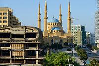 LIBANON, Beirut, Mohammed-al-Amin-Moschee, eine sunnitische Moschee und Freitagsmoschee der libanesischen Hauptstadt, wurde 2008 am Platz der Maertyrer in der Innenstadt Beiruts eingeweiht, hier verlief die Demarkationslinie green line  im Buergerkrieg, die Kampfzone zwischen Milizen von Muslimen und Christen, im Krieg zerstoertes Kino im Vordergrund  | Lebanon | [ copyright (c) Joerg Boethling , Veroeffentlichung nur nach MFM Honorar zzgl. 7% Mwst. und Belegexemplar an: Joerg Boethling   Rothestr. 66   D-22765 Hamburg  GERMANY  ph. ++49 40 380 89 359 14   e-mail: info@visualindia.de   www.visualindia.de  , WEITERE MOTIVE ZU DIESEM THEMA SIND VORHANDEN zum hi-res download unter www.visualindia.de !! ] [#0,26,121#]