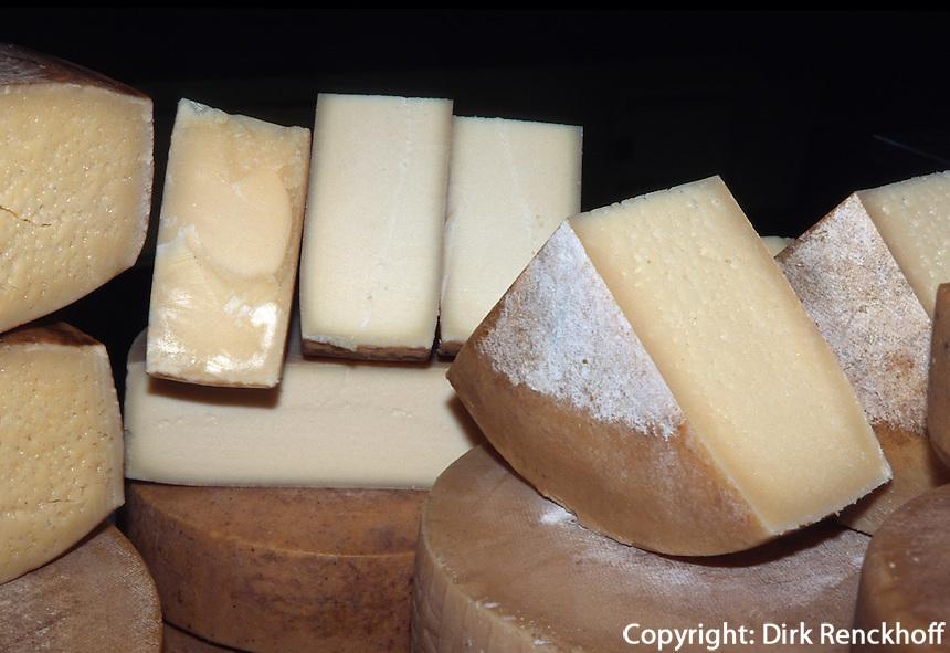 Italien, Lombardei, Käseverkauf auf dem Markt in Brescia