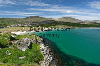 Ireland, County Kerry, Iveragh Peninsula, Ring of Kerry, Derrynane Bay with ruins of Derrynane Abbey | Irland, County Kerry, Iveragh Halbinsel, Ring of Kerry, Strand an der Derrynane Bay, im Vordergrund die Ruinen der Derrynane Abbey