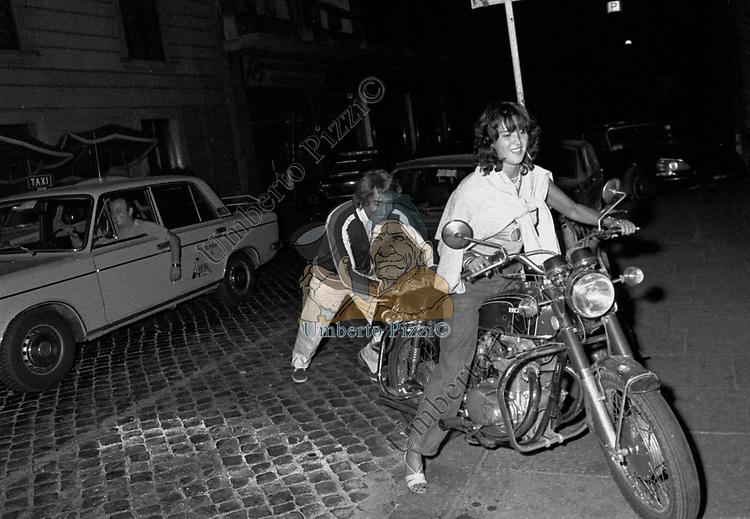 WALTER CHIARI CON LILLY CARATI ALL'USCITA DELLA TAVERNA FLAVIA ROMA 1976