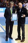 El presidente de la Asociacion Española de Entrenadores, el Sr. Joan M. Gavalda, hace entrega a Manel Comas del Premio Saporta por su trayectoria. FC Barcelona Regal vs R. Madrid: 96-89 - League ENDESA-Game: 15.