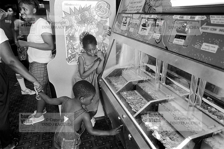 - slot machines in a casino....- slot machines in un casinò....