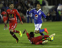 TUNJA -COLOMBIA, 4-OCTUBRE-2014. <br /> Anderson Plata (Der) de Millonarios  disputa el balon con Harold Macias  (Izq) de Patriotas FC  durante partido por la fecha 13 de la Liga Postobón II 2014 jugado en el estadio La Independencia  de la ciudad de Tunja./ Anderson Plata (R) player of Millonarios fights for the ball with V (L) player of Patriotas FC  during the match for the 13th date of the Postobon League II 2014 played at La Independencia stadium in Tunja city<br /> .Photo / VizzorImage / Felipe Caicedo / Staff