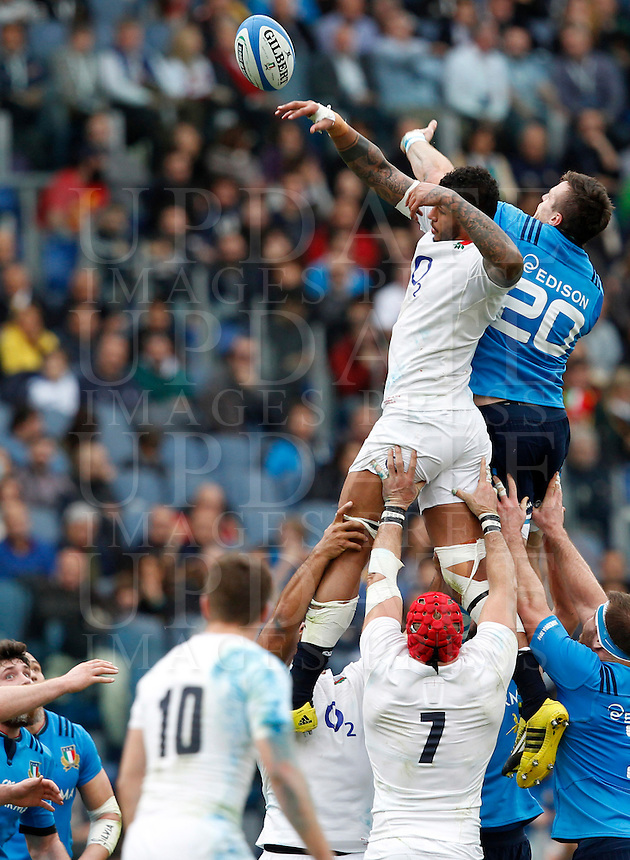 Rugby, Torneo delle Sei Nazioni: Italia vs Inghilterra. Roma, 14 febbraio 2016.<br /> England's Courtney Lawes, top left, and Italy's Abraham Steyn, top right, fight for the ball during the Six Nations rugby union international match between Italy and England at Rome's Olympic stadium, 14 February 2016.<br /> UPDATE IMAGES PRESS/Riccardo De Luca