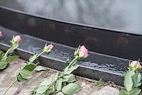 Gedenkveranstaltung vor dem Denkmal fuer die im Nationalsozialismus ermordeten Sinti und Roma Europas.<br /> Am Mittwoch den 8. April 2015 gedachten Politiker aus dem Bundestag und dem Berliner Abgeordnetenhaus mit Angehoerigen der Sinti und Roma am Mahnmal fuer die ermordeten Sinti und Roma im Berliner Tiergarten der im Nationalsozialismus verfolgten und ermordeten Sinti und Roma. Im Anschluss an die kleine Feierlichkeit wurden Kraenze und Blumen am Manhmal niedergelegt.<br /> 8.4.2015, Berlin<br /> Copyright: Christian-Ditsch.de<br /> [Inhaltsveraendernde Manipulation des Fotos nur nach ausdruecklicher Genehmigung des Fotografen. Vereinbarungen ueber Abtretung von Persoenlichkeitsrechten/Model Release der abgebildeten Person/Personen liegen nicht vor. NO MODEL RELEASE! Nur fuer Redaktionelle Zwecke. Don't publish without copyright Christian-Ditsch.de, Veroeffentlichung nur mit Fotografennennung, sowie gegen Honorar, MwSt. und Beleg. Konto: I N G - D i B a, IBAN DE58500105175400192269, BIC INGDDEFFXXX, Kontakt: post@christian-ditsch.de<br /> Bei der Bearbeitung der Dateiinformationen darf die Urheberkennzeichnung in den EXIF- und  IPTC-Daten nicht entfernt werden, diese sind in digitalen Medien nach §95c UrhG rechtlich geschuetzt. Der Urhebervermerk wird gemaess §13 UrhG verlangt.]