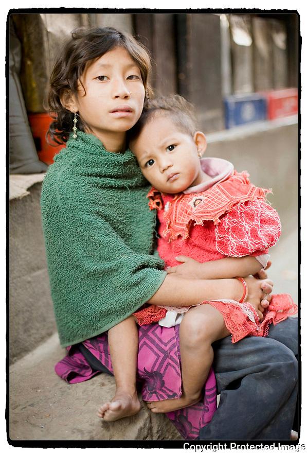 Népal- Kathmandu- Jeune fille et enfant.