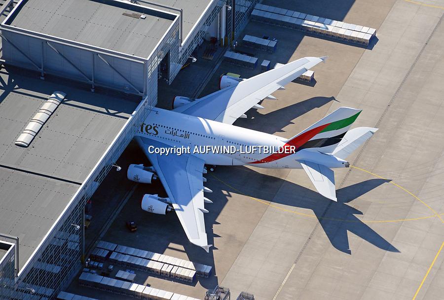 Airbus A380  in Hamburg Finkenwerder: EUROPA, DEUTSCHLAND, HAMBURG,  (EUROPE, GERMANY),05.06.2015: Airbus A380  in Hamburg Finkenwerder, das riesen Flugzeug steht halb in der Werkhalle