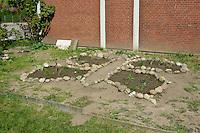 Schulgarten, Anlage eines Schmetterlingsgarten, Garten der Grundschule Nusse wird als Projektarbeit von einer 1. Klasse gestaltet, Beete werden in Form eines Schmetterlings angelegt und mit für Nektarliebende Falter wichtigen Blumen bepflanzt, Gartenarbeit