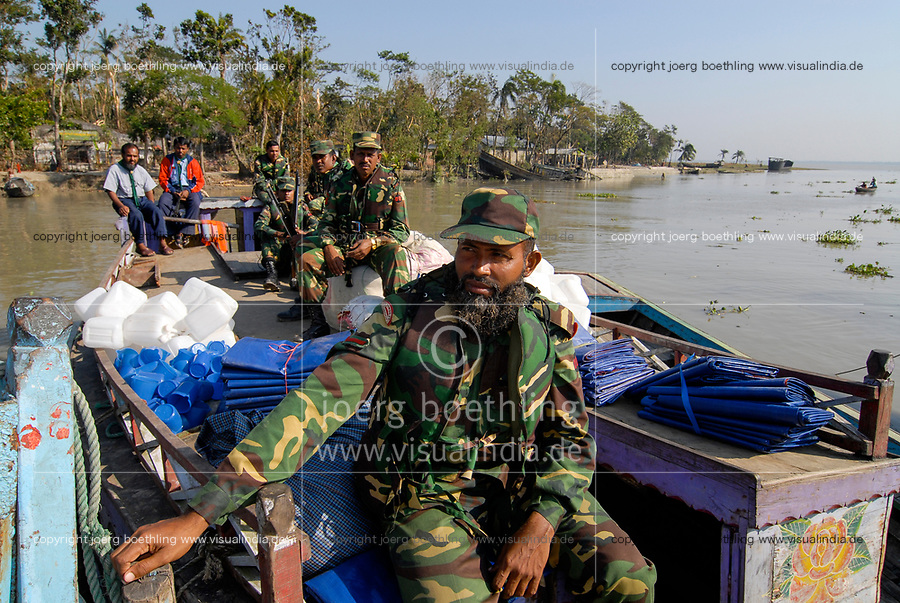 BANGLADESH, cyclone Sidr and high tide destroy villages in Southkhali in District Bagerhat , army distributes relief goods by boat / BANGLADESCH, der Wirbelsturm Zyklon Sidr und eine Sturmflut zerstoeren Doerfer im Kuestengebiet von Southkhali, Armee verteilt Hilsgueter per Boot