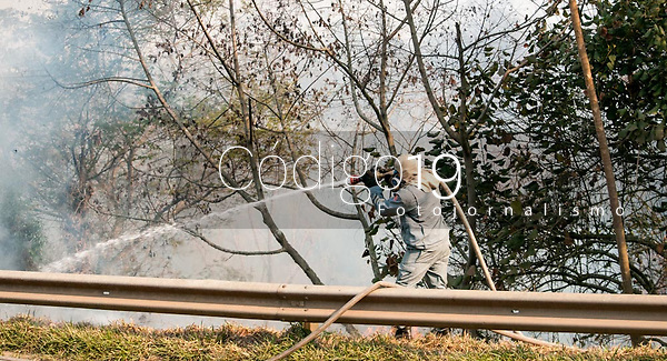 SÃO PAULO, SP, 23.08.2021: Incêndio Parque Estadual Juquery SP -Vista do Parque Estadual do Juquery na manhã desta segunda - feira (23). No destaque bombeiros trabalham para apagar fogo na vegetação no Parque Estadual Juquery na cidade de Franco da Rocha SP.