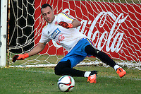 BARRANQUILLA - COLOMBIA - 05-10-2015: David Ospina  guardameta de la seleccion Colombia de futbol durante el primer entrenamiento en el Polideportivo de la Universidad Autonoma del Caribe antes de su encuentro contra  la seleccion del Perú por la calsificación a la Copa Mundial de la FIFA Rusia 2018.  / David Ospina goalkeeper of the Soccer Colombia Team during the first training at Polideportivo of the Universidad Autonoma del  Caribe before match against of Peru Soccer team for the qualifying to 2018 FIFA World Cup Russia.<br /> Russia. Photo: VizzorImage / Alfonso Cervantes / Cont