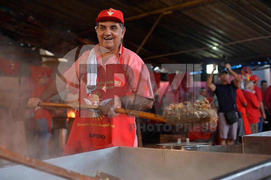 """SÃO LUIZ DO PARAITINGA,SP, 19.05.2017 - FESTA DO DIVINO - Preparação do """"Afogado"""", prato típico da região, feito com carne bovina, batata, arroz e farofa e que é distribuído gratuitamente à população durante a Festa do Divino de São Luiz do Paraitinga, neste sabado, 19 . (Foto: Levi Bianco/Brazil Photo Press)"""