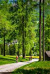 Italien, Suedtirol, bei Sexten, Ortsteil Moos: Mountainbikerin und Wanderer unterwegs im malerischen Fischleintal im Naturpark Drei Zinnen - ein Nebental des Sextentals | Italy, South Tyrol (Trentino - Alto Adige), near Sexten, district Moos: mountainbiker and hikers at picturesque Fischleintal (Val Fiscalina) at Drei Zinnen Nature Park (Parco Naturale Tre Cime), side valley of Sexten Valley (Valle di Sesto)
