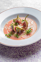France, Paris (75), Les aliments anti-cancer de Richard Béliveau cuisinés par  Alain Passard, restaurant trois étoiles L'Arpège  -  Gaspacho de tomates aux figues fraîches et noix //  France, Paris, Richard Béliveau , anti-cancer foods cooked  by Alain Passard, three-star restaurant L'Arpège - Tomato Gazpacho with fresh figs and walnuts