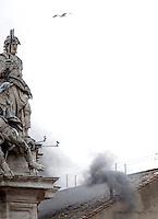 Fumo nero esce dal comignolo sul tetto della Cappella Sistina, al termine della doppia votazione mattutina del secondo giorno di Conclave, Citta' del Vaticano, 13 marzo 2013. La fumata nera indica che il nuovo Papa della Chiesa Cattolica Romana non e' stato ancora eletto dai 115 cardinali del Conclave..Black smoke billows from the chimney atop the Sistine Chapel where 115 cardinals gathered to elect the new Pope of the Roman Catholic Church, for the morning's double round of vote in the second day of the Conclave, at the Vatican, 13 March 2013. The black smoke indicates that the cardinals have not elected the new Pontiff yet..UPDATE IMAGES PRESS/Isabella Bonotto -STRICTLY FOR EDITORIAL USE ONLY-
