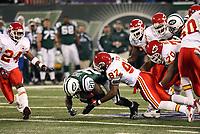 Runningback Thomas Jones (Jets) wird gestoppt<br /> New York Jets vs. Kansas City Chiefs<br /> *** Local Caption *** Foto ist honorarpflichtig! zzgl. gesetzl. MwSt. Auf Anfrage in hoeherer Qualitaet/Aufloesung. Belegexemplar an: Marc Schueler, Am Ziegelfalltor 4, 64625 Bensheim, Tel. +49 (0) 6251 86 96 134, www.gameday-mediaservices.de. Email: marc.schueler@gameday-mediaservices.de, Bankverbindung: Volksbank Bergstrasse, Kto.: 151297, BLZ: 50960101