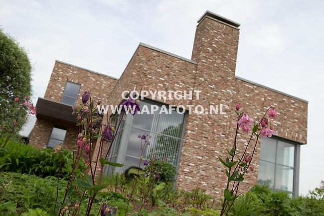 12-05-2015 - Hummelo - Foto Ruben Meijerink / APA FOTO<br /> Piet Oudolf met zijn vrouw achter bij zijn kantoor (rehthoekig gebouw) en woonhuis (Met hangende blauwe regen).