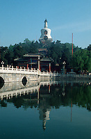 weiße Dagoba im Beihai-Park in Peking (Beijing), China