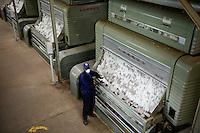 BURKINA FASO , Bobo Dioulasso, Société Burkinabè des Fibres Textiles SOFITEX cotton ginning company unit Bobo III, processing of conventional and gene manipulated Monsanto BT cotton, ginning machine / SOFITEX, Fabrik fuer Baumwollentkernung Werk Bobo III, Verarbeitung von konventioneller und genmanipulierter Monsanto Baumwolle, Entkernungsmaschine