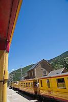 Europe/France/Languedoc-Roussillon/66/Pyrénées-Orientales/Conflent/Fontpédrouse: Le Train jaune de Cerdagne appelé le Train Jaune ou le Canari, car les véhicules arborent les couleurs catalanes, le jaune et le rouge à la gare de Fontpédrouse-Saint-Thomas-les-Bains gare de Fontpédrouse-Saint-Thomas-les-Bains - Les gares permettent le croisement des convois par le biais de voies d'évitement.