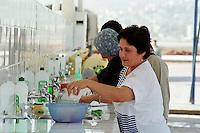 Nach dem Erdbeben im August in der Tuerkei leben tausende Menschen in Zeltlagern und Behilfszelten. Das tuerkische Militaer hat nahe der Ortschaft Asagi Yuvacik Mahallesi das Zeltlager Mehmetzik Kenti fuer ca. 4.500 Menschen errichtet. Hier leben Menschen, deren Haeuser vollstaendig zerstoert wurden.<br /> Hier: Wasch- und Wasserstelle fuer alle Lagerbewohner.<br /> 13.10.1999, Asagi Yuvacik Mahallesi/Tuerkei<br /> Copyright: Christian-Ditsch.de<br /> [Inhaltsveraendernde Manipulation des Fotos nur nach ausdruecklicher Genehmigung des Fotografen. Vereinbarungen ueber Abtretung von Persoenlichkeitsrechten/Model Release der abgebildeten Person/Personen liegen nicht vor. NO MODEL RELEASE! Nur fuer Redaktionelle Zwecke. Don't publish without copyright Christian-Ditsch.de, Veroeffentlichung nur mit Fotografennennung, sowie gegen Honorar, MwSt. und Beleg. Konto: I N G - D i B a, IBAN DE58500105175400192269, BIC INGDDEFFXXX, Kontakt: post@christian-ditsch.de<br /> Bei der Bearbeitung der Dateiinformationen darf die Urheberkennzeichnung in den EXIF- und  IPTC-Daten nicht entfernt werden, diese sind in digitalen Medien nach §95c UrhG rechtlich geschützt. Der Urhebervermerk wird gemaess §13 UrhG verlangt.]