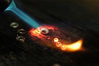 Artista plástico Epaminondas  trabalha produzindo artesanato e jóias em prata, as eco jóias.<br /> Pirenópolis, Goias, Brasil.<br /> Foto Paulo Santos<br /> 21/08/2006
