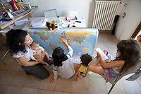 homeschooling, educazione parentale, educazione domestica. Erika De Martino e i suoi figli, durante una lezione di geografia.