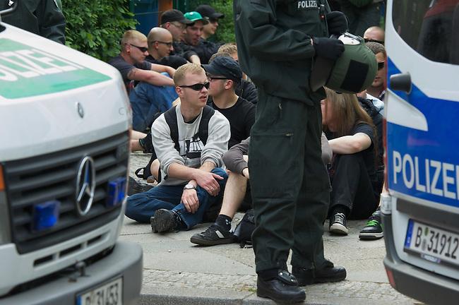 """Etwa 70 bis 80 Neonazis von den Autonomen Nationalisten und der NPD versuchten am Samstag den 14. Mai 2011 in Berlin Kreuzberg eine Demonstration unter dem Motto """"Wahrheit macht frei"""" zu veranstalten. Zu der Demonstration waren Neonazis aus Niedersachsen, Brandenburg und Nordrhein Westfalen angereist. Die Demonstration und die Demonstrationsroute wurde in Zusammenarbeit mit der Polizei geheim vorbereitet. Dennoch gelang es mehr als 800 Menschen die Demonstration mit Blockaden zu verhindern. Die Neonazis wurden von der Polizei in die U-Bahn geleitet, wo sie unter den Augen der Polizei Auslaender verpruegeln konnten.<br /> Im Bild: Die Polizei setzte ca. 40 Neonazis im Stadteil Rudow fest, nachdem sie nach Aussagen von Anwohnern versucht haben vermeintliche Linke zu verpruegeln und Polizeibeamte angegriffen hatten. Nach einer Personalienfeststellung mit anschliessendem Platzverweis wurden sie wieder laufen gelassen.<br /> 14.5.2011, Berlin<br /> Foto: Christian-Ditsch.de<br /> [Inhaltsveraendernde Manipulation des Fotos nur nach ausdruecklicher Genehmigung des Fotografen. Vereinbarungen ueber Abtretung von Persoenlichkeitsrechten/Model Release der abgebildeten Person/Personen liegen nicht vor. NO MODEL RELEASE! Don't publish without copyright Christian-Ditsch.de, Veroeffentlichung nur mit Fotografennennung, sowie gegen Honorar, MwSt. und Beleg. Konto:, I N G - D i B a, IBAN DE58500105175400192269, BIC INGDDEFFXXX, Kontakt: post@christian-ditsch.de]"""