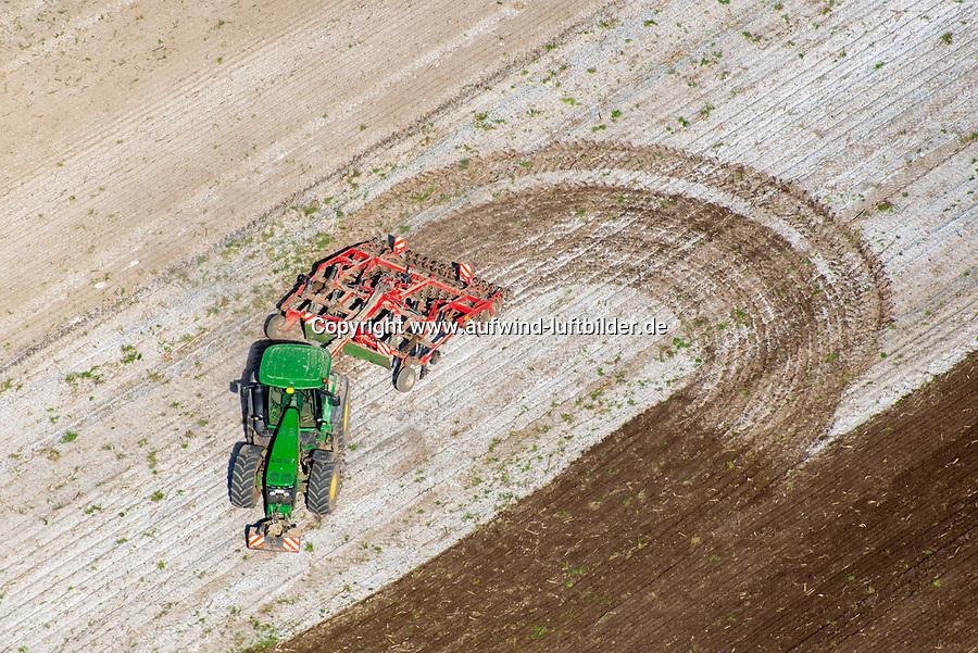 ModTrecker auf dem Feld aus der Luft: EUROPA, DEUTSCHLAND, SCHLESWIG- HOLSTEIN, (GERMANY), 01.05.2014: Trecker auf dem Feld aus der Luft