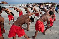 IV Jogos Tradicionais  Indígenas do Pará.<br /> <br /> Mundurukus se aquecem antes do cabo de força.<br /> <br /> Quinza etnias participam dos  IV Jogos Indígenas, iniciados neste na íntima sexta feira. Aikewara (de São Domingos do Capim), Araweté (de Altamira), Assurini do Tocantins (de Tucuruí), Assurini do Xingu (de Altamira), Gavião Kiykatejê (de Bom Jesus do Tocantins), Gavião Parkatejê (de Bom Jesus do Tocantins), Guarani (de Jacundá), Kayapó (de Tucumã), Munduruku (de Jacareacanga), Parakanã (de Altamira), Tembé (de Paragominas), Xikrin (de Ourilândia do Norte), Wai Wai (de Oriximiná). Participam ainda as etnias convidadas - Pataxó (da Bahia) e Xerente (do Tocantins).<br /> Mais de 3 mil pessoas lotaram as arquibancadas da arena de competição.<br /> Praia de Marudá, Marapanim, Pará, Brasil.<br /> Foto Paulo Santos<br /> 7/09/2014