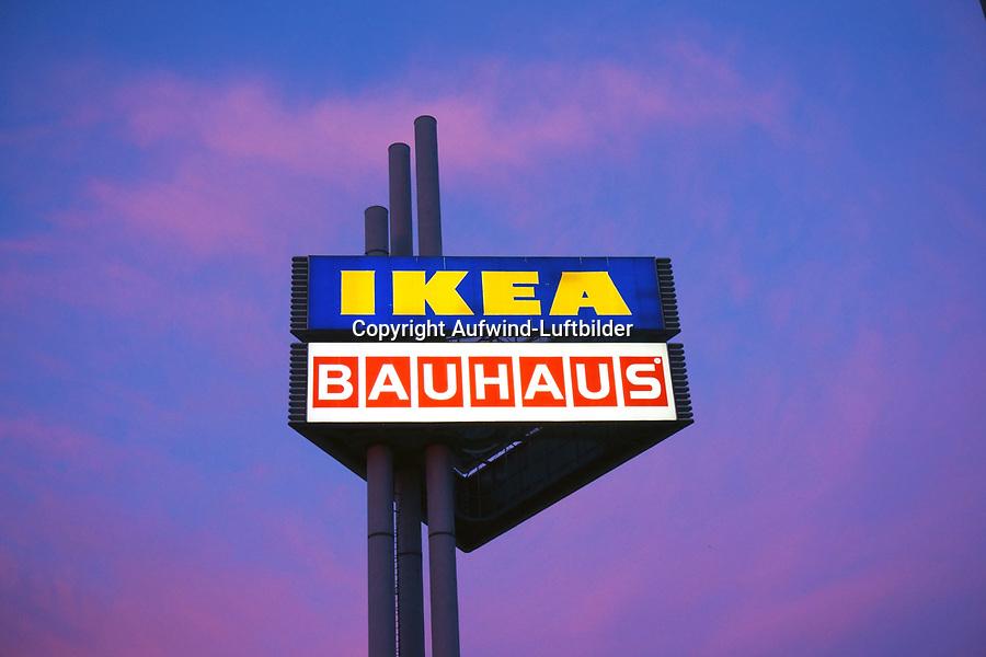 Ikea und Bauhaus Werbeschild: EUROPA, DEUTSCHLAND, HAMBURG, (EUROPE, GERMANY), 17.12.2013: Ikea und Bauhaus Werbeschild in Hamburg Moorfleet