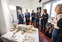 """Die Skulpturensammlung und das Museum fuer Byzantinische Kunst der Staatlichen Museen zu Berlin restaurieren derzeit 59 Kunstwerke, von denen viele im Zweiten Weltkrieg in den Flakbunker Friedrichshain ausgelagert wurden und dort schwere Schaeden durch zwei verheerende Braende erlitten haben. Unter den Skulpturen und Reliefs der Renaissance-Zeit finden sich u.a. Meisterwerke wie Donatellos """"Madonna mit vier Cherubim"""" (um 1440) und Tullio Lombardos Schildtraeger (Ende 15. Jh.).<br /> Dank der grosszuegigen Foerderung der Ernst von Siemens Kunststiftung konnte 2017 ein umfassendes Restaurierungs- und Forschungsprojekt fuer die Bestaende des Bode-Museums gestartet werden, die von den Spuren der Braende und ihrer dramatischen Geschichte in und nach dem Krieg gezeichnet sind. Im Rahmen der Initiative KUNST AUF LAGER werden adaequate Restaurierungs- und Ergaenzungsmassnahmen erarbeitet und durchgefuehrt – mit dem Ziel, viele dieser Hauptwerke nach mehr als 70 Jahren wieder der Oeffentlichkeit praesentieren zu koennen.<br /> Im Bild: Teile der Skulpturen """"Schildtrager"""" von Tullio Lombardo.<br /> Paul Hofmann, Leiter Restaurierung der Skulpturensammlung und Museum fuer Byzantinische Kunst spricht ueber die Wiederherstellung der Skulpturen.<br /> 1.vl.: Martin Hoernes, Generalsekretaer der Ernst von Siemens Kunststiftung; 2.vl: Julien Chapuis, Leiter der Skulpturensammlung und Museum fuer Byzantinische Kunst – Staatliche Museen zu Berlin; 3.vl: Neville Rowley, Kurator fuer italienische Kunst vor 1500 an der Gemaeldegalerie und Skulpturensammlung.<br /> 10.4.2018, Berlin<br /> Copyright: Christian-Ditsch.de<br /> [Inhaltsveraendernde Manipulation des Fotos nur nach ausdruecklicher Genehmigung des Fotografen. Vereinbarungen ueber Abtretung von Persoenlichkeitsrechten/Model Release der abgebildeten Person/Personen liegen nicht vor. NO MODEL RELEASE! Nur fuer Redaktionelle Zwecke. Don't publish without copyright Christian-Ditsch.de, Veroeffentlichung nur mit Fotografennennung, s"""
