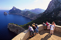 Spanien, Mallorca, Touristen auf dem Aussichtspunkt Mirador de la Nao auf der Halbinsel Formentor