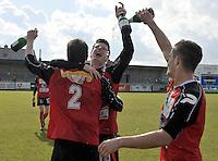 VC Wingene - FC Izegem : vreugde bij Izegem na het behalen van de kampioenstitel ; Wim Vandoorne omhelsd door een ploegmaat en schuimwijn in het gezicht krijgende van Arne Dutry.foto VDB / BART VANDENBROUCKE
