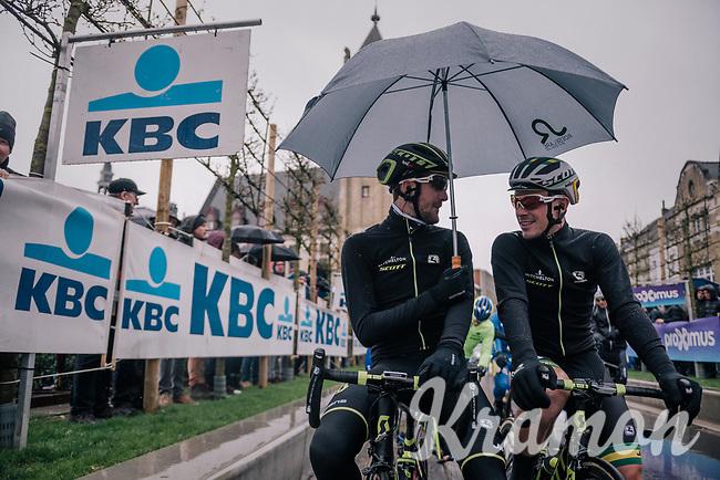 Luke Durbridge (AUS/Michelton-Scott) & Alexander Edmondson (AUS/Michelton-Scott) sharing an umbrella at the start<br /> <br /> 73rd Dwars Door Vlaanderen 2018 (1.UWT)<br /> Roeselare - Waregem (BEL): 180km