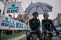 Luke Durbridge (AUS/Michelton-Scott) & Alexander Edmondson (AUS/Michelton-Scott) sharing an umbrella at the start<br /> <br /> 73rd Dwars Door Vlaanderen 2018 (1.UWT)<br /> Roeselare - Waregem (BEL): 180km