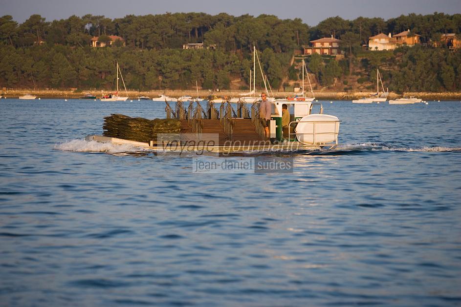 Europe/France/Aquitaine/33/Gironde/Bassin d'Arcachon/Ares: Chaland d'ostréiculteurs en route pour les parcs à huitres à l'aube
