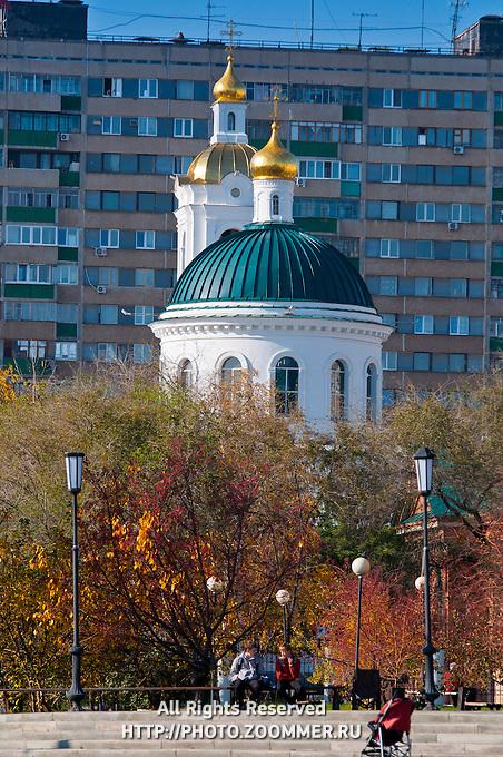 Никольская церковь на фоне осенних деревьев в Оренбурге