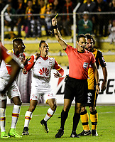 LA PAZ - BOLIVIA - 09 - 03 - 2017: Patricio Loustau (Der.), arbitro de Argentina muestra tarjeta amarilla a Johan Arango (Izq.) jugador de Independiente Santa Fe de Colombia, durante partido entre The Strongest de Bolivia y el Independiente Santa Fe de Colombia, por la fase de grupos del grupo 2 de la fecha 1 por la Copa Conmebol Libertadores Bridgestone en el estadio Hernando Siles Suazo, de la ciudad de La Paz. / Patricio Loustau (R), Argentinian, referee, shows yellow card to Johan Aramngo (L) player of Independiente Santa Fe of Colombia, during a match between The Strongest of Bolivia and Independiente Santa Fe of Colombia for the group stage, group 2 of the date 1 for the Conmebol Libertadores Bridgestone in the Hernando Siles Suazo Stadium in La Paz city. Photos: VizzorImage / Javier Mamani / APG / Cont.
