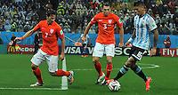 SAO PAULO - BRASIL -09-07-2014. Marcos Rojo (#16) jugador de Argentina (ARG) disputa un balón con Daryl Janmaat (#7)  y Stefan De Vrij (#3) jugadores de Holanda (NED) durante partido de las semifinales por la Copa Mundial de la FIFA Brasil 2014 jugado en el estadio Arena de Sao Paulo./ Marcos Rojo (#16) player of Argentina (ARG) fights the ball with Daryl Janmaat (#7) and Stefan De Vrij (#3) player of Netherlands (NED) during the match of the Semifinal for the 2014 FIFA World Cup Brazil played at Arena de Sao Paulo stadium. Photo: VizzorImage / Alfredo Gutiérrez / Contribuidor