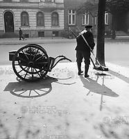 Ein Straßenfeger bei der Arbeit, Deutsches Reich 1930er jahre. A street cleaner working, Germany 1930s.