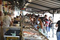 Campinas (SP), 03/04/2020 - Pascoa-SP - Movimentacao no comercio de venda de peixes no Mercado Municipal de Campinas, interior de Sao Paulo, nesta sexta-feira (03), mesmo com as recomendacoes de evitar sair de casa e aglomeramentos muitos consumidores sao vistos no mercado. (Foto: Luciano Claudino/Codigo 19/Codigo 19)