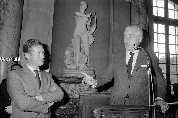 28 Mai 1985. Vue de Dominique Baudis et de Jacques Chaban-Delmas au micro lors d'une réception au Capitole.<br /> <br /> Jacques Chaban-Delmas, souvent surnommé « Chaban », né Jacques Delmasa le 7 mars 1915 à Paris 13e et mort le 10 novembre 2000 à Paris 7e, est un résistant, général de brigade et homme d'État français.<br /> <br /> Considéré comme l'un des « barons du gaullisme », il est notamment maire de Bordeaux de 1947 à 1995, ministre sous la IVe République et président de l'Assemblée nationale à trois reprises entre 1958 et 1988.<br /> <br /> Premier ministre de 1969 à 1972, sous la présidence de Georges Pompidou,