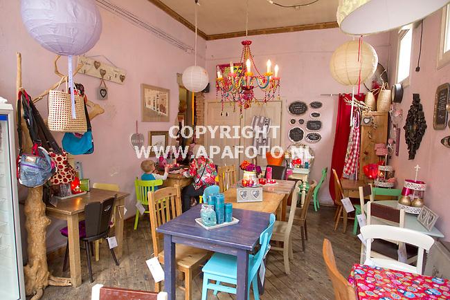 Apeldoorn 280411 De lunchroom Central Park van Wendy de Roos , waar tegelijk ook al het meubilair te koop is.<br /> Foto Frans Ypma APA-foto