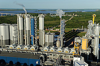 URUGUAY Fray Bentos ,  UPM pulp mill produce ECF (elemental chlorine free) pulp from FSC eucalyptus wood, Capacity, tonnes annually 1,100,000 and the mill produces electricity and steam for own consumption and in addition 20-30 MW electricity for the national grid , factory former known as BOTNIA, river Rio Uruguay and bridge to Argentina / URUGUAY Fray Bentos , Zellulosefabrik und Biomassekraftwerk der UPM ( vorher BOTNIA ) am Ufer des Fluss Uruguay , Herstellung von Zellulose aus FSC Eukalytus Holz fuer die Papierherstellung , ein eigenes Biomassekraftwerk produziert 40 MW Strom und Dampf