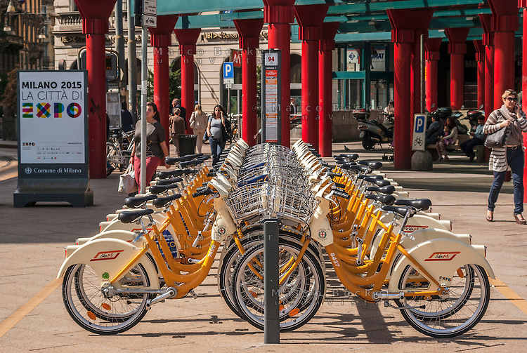 Milano, piazzale Cadorna. Bike sharing e cartellone Expo 2015 --- Milan, Cadorna square. Bike sharing and placard for Expo 2015