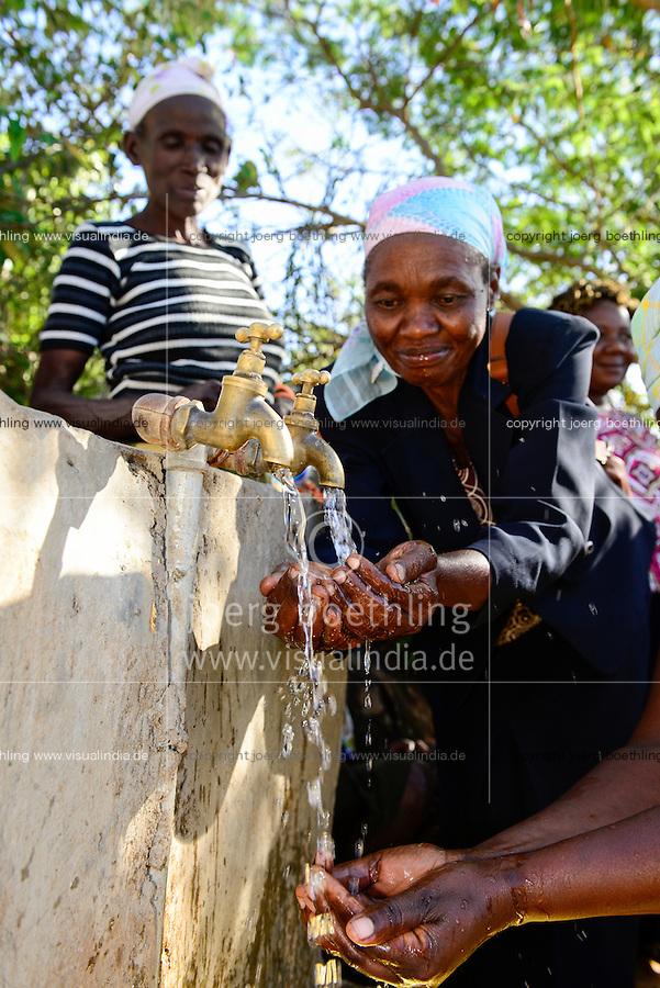 KENIA, ADS Anglican Development Services of Mount Kenya East, Stadt Embu, Dorf Gichunguri, Projekt Regenwasserauffang an einem Felsen und Speicherung in Tanks zur Nutzung in Duerreperioden, Wasserentnahmestelle mit Wasserhahn