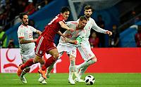 KAZAN - RUSIA, 20-06-2018: Sardar AZMOUN (Izq) jugador de RI de Irán disputa el balón con Sergio RAMOS (C) (Der) jugador de España durante partido de la primera fase, Grupo B, por la Copa Mundial de la FIFA Rusia 2018 jugado en el estadio Kazan Arena en Kazán, Rusia. /  Sardar AZMOUN (L) player of IR Iran fights the ball with Sergio RAMOS (C) (R) player of Spain during match of the first phase, Group B, for the FIFA World Cup Russia 2018 played at Kazan Arena stadium in Kazan, Russia. Photo: VizzorImage / Julian Medina / Cont