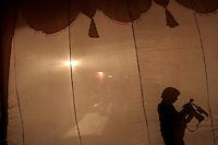 06.12.2008 Delhi(Harayana)<br /> <br /> Silhouette of the cameraman during a wedding in the same area(this day was 30000 weddings only in Delhi).<br /> <br /> Silhouette d'un cameraman pendant un mariage dans le meme quartier(ce jour la 30000 mariages ont eu lieu dans la seule ville de delhi).